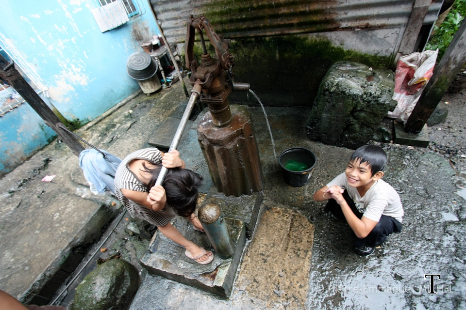20100723-00016-slum-area-water-pump-children